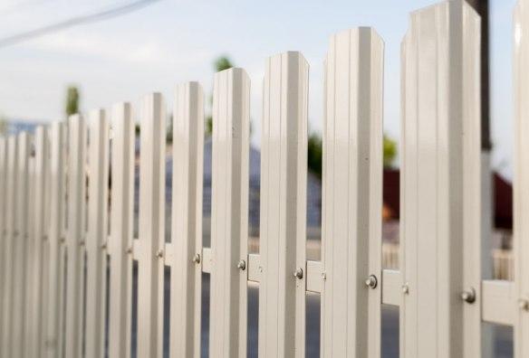 Забор из одностороннего евроштакетника «Эконом»